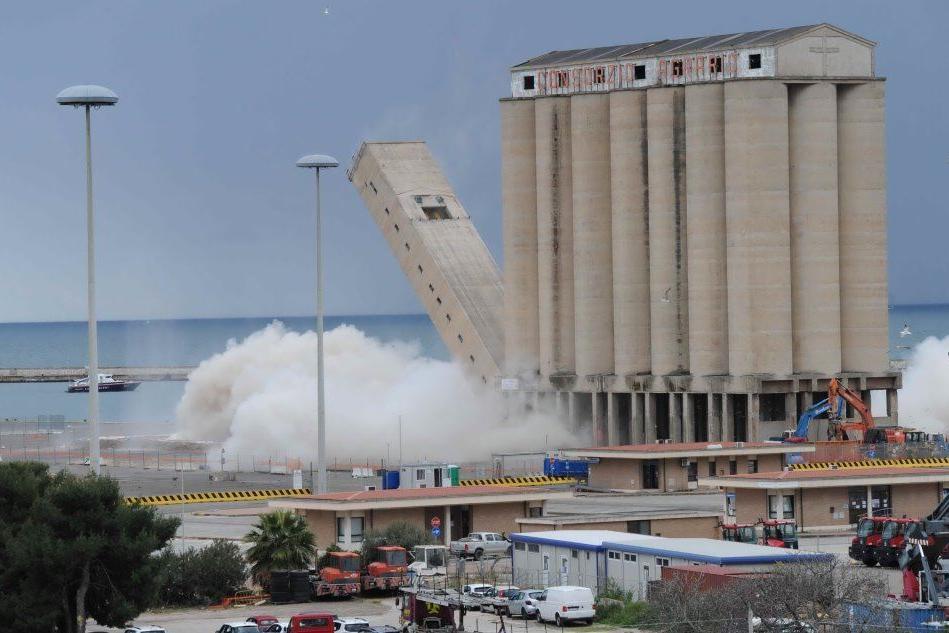 Silos del porto, oggi la seconda parte della demolizione