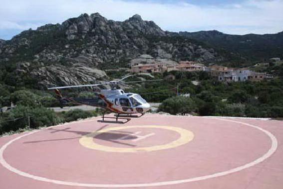 Un elicottero nell'area posta sotto sequestro (foto da www.heliportocervo.com)
