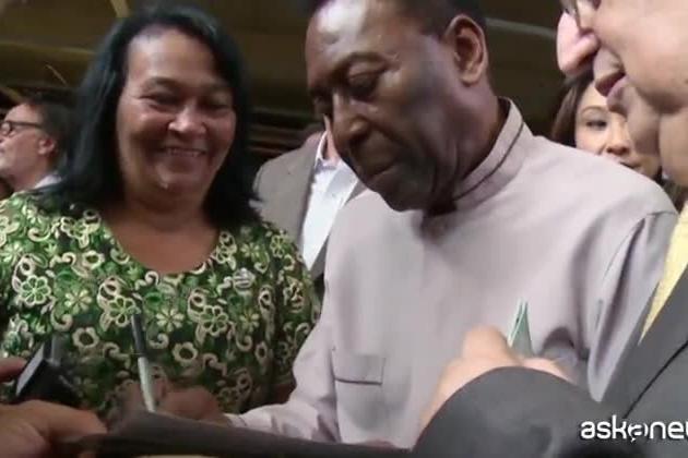 """Pelé in cura semi-intensiva, la figlia dall'ospedale: """"Sta bene"""""""