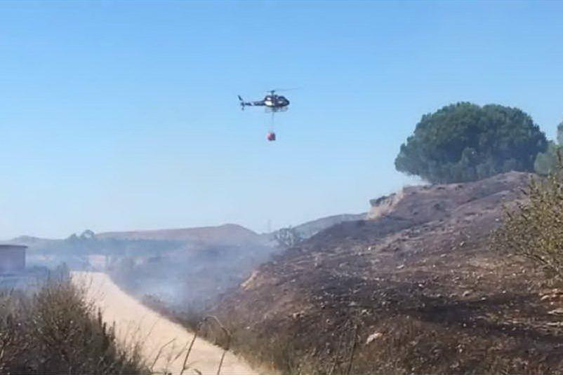 Vasto incendio vicino alla 131, l'intervento dell'elicottero sfida il maestrale