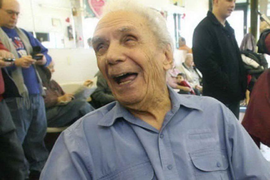 """""""A 107 anni lavora ancora come un 20enne"""": è italiano il barbiere più anziano del mondo"""
