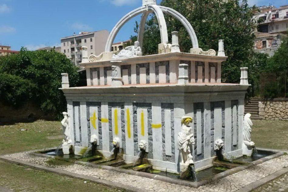 Vandalo deturpa la Fontana di Rosello con la vernice gialla: arrestato trentacinquenne