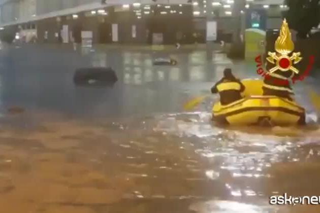 Nubifragio a Malpensa, i soccorsi arrivano in gommone