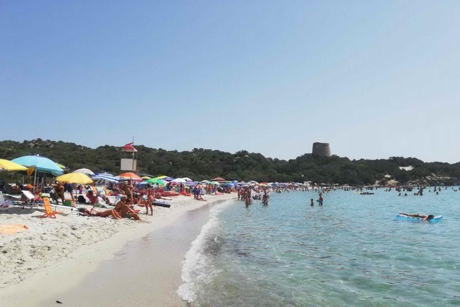 Assembramenti e fumo in spiaggia: raffica di sanzioni a Castiadas