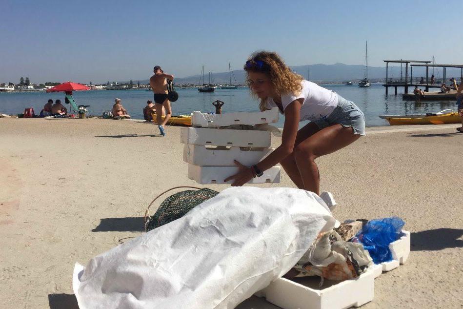 Poetto, volontari in campo per ripulire spiagge e fondali