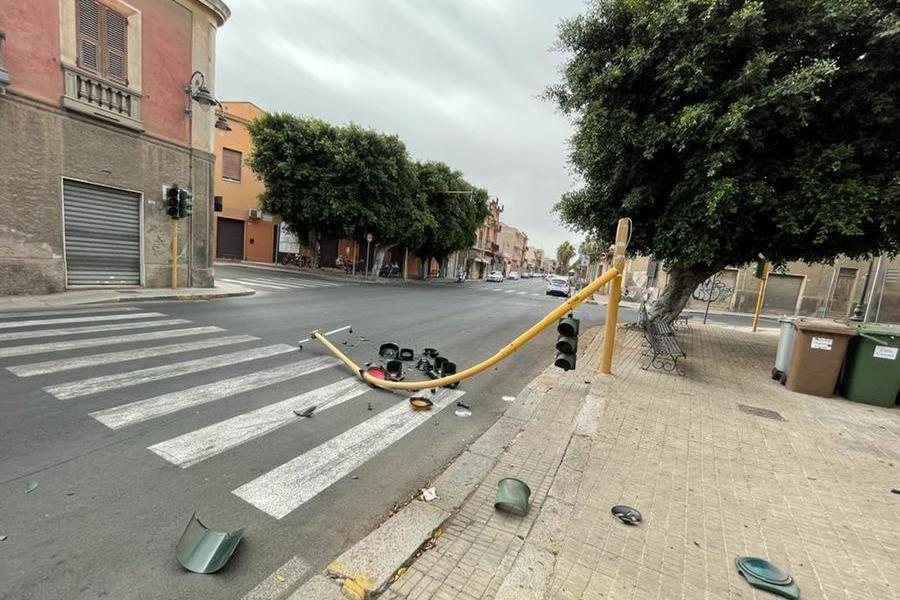 Il semaforo crollato (Foto Melis)