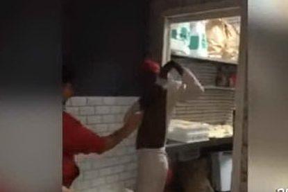 """Spruzza il deodorante sui colleghi di colore: pizzaiolo condannato per """"razzismo"""""""