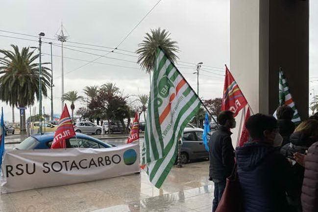 """Sotacarbo, sit-in davanti al Consiglio: """"Serve un milione di euro per la ripartenza"""""""