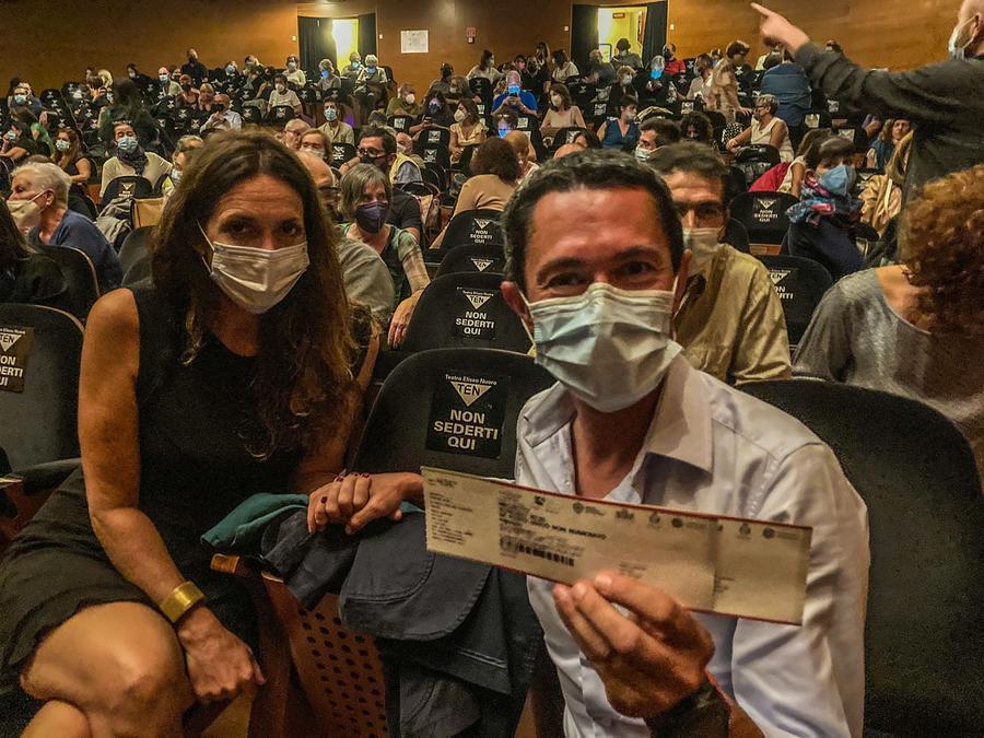 Michele Concas e la fidanzata Valentina in platea all'Eliseo (foto Sardegna Teatro)