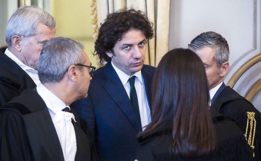 Marco Cappato con i suoi legali (Ansa)