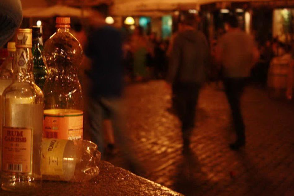 Vendono alcolici dopo la mezzanotte, multati due locali della Marina di Cagliari