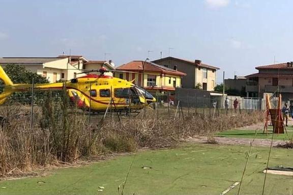 Attraversa col passaggio a livello chiuso, maviene travolta dal treno: tragedia a Serramanna