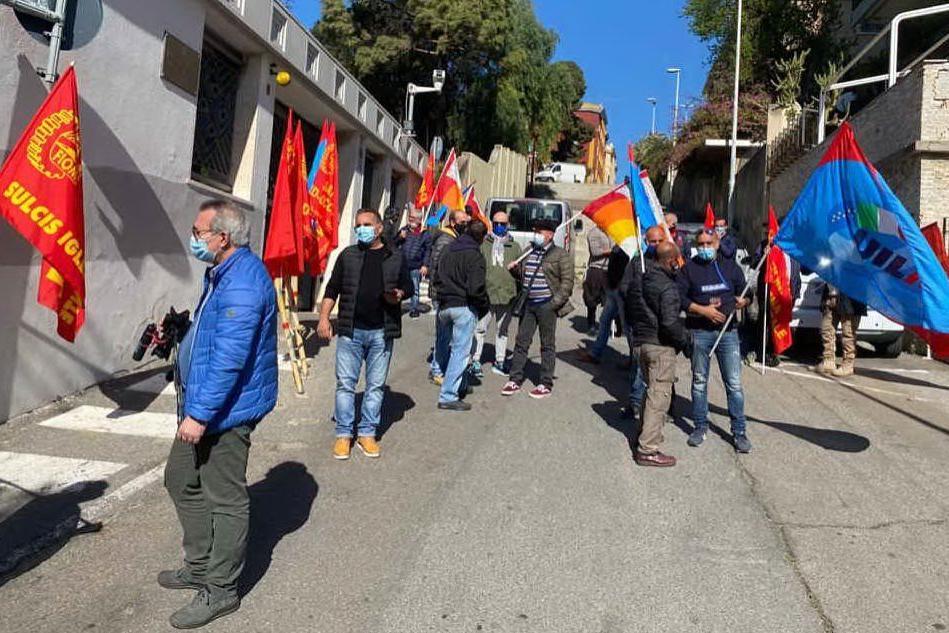 Ex Alcoa, sit-in a Cagliari davanti a Villa Devoto