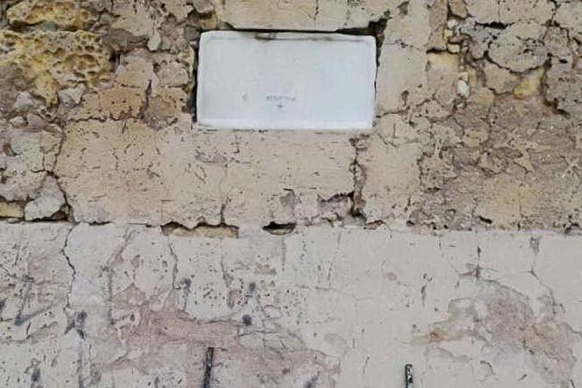 Porto Torres, vandalizzata l'epigrafe della Torre aragonese