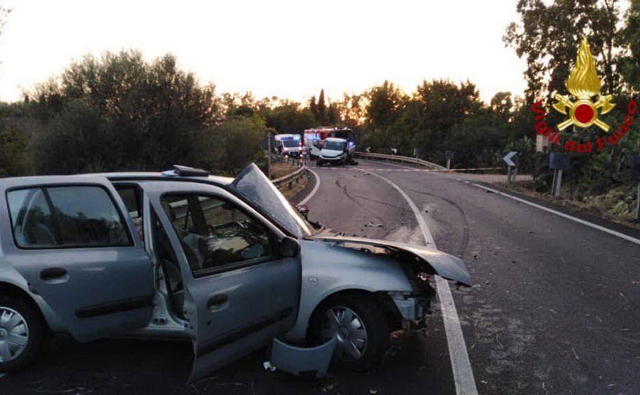 Dalla foto dei vigili del fuoco si vede la distanza tra il furgone e la Clio, respinta indietro dal violento impatto