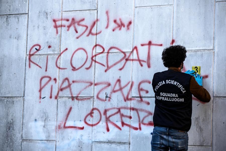 """""""Fascista, ricordati piazzale Loreto"""": Roma, raid vandalico alcomitato di Michetti"""