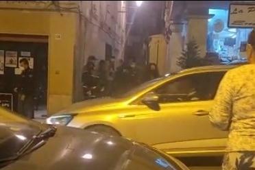 L'arrivo degli agenti in corso Vittorio Emanuele (L'Unione Sarda - Tellini)