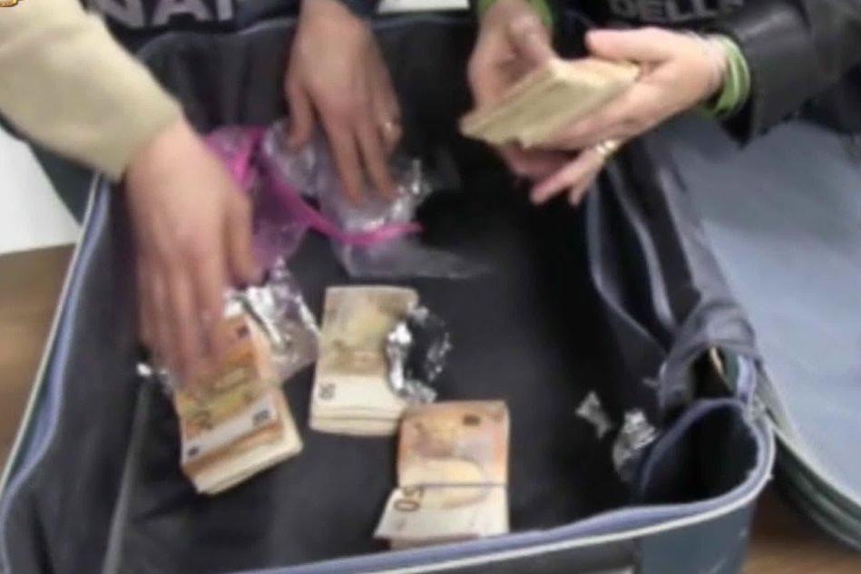 In fuga all'aeroporto con 3 milioni di euro nei bagagli, tre fermati