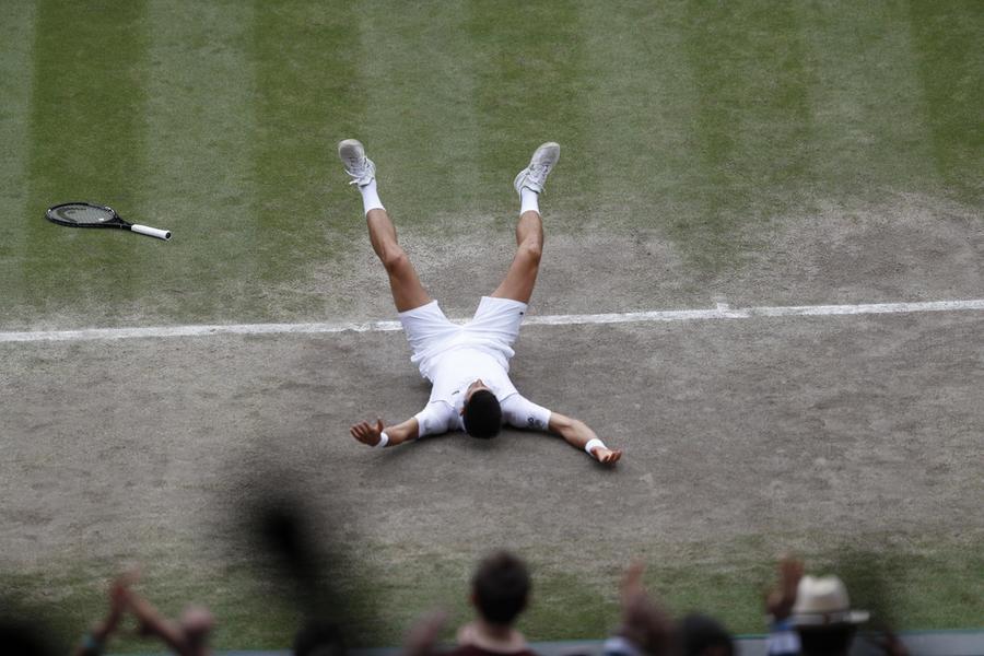 Djokovic  a terra dopo il punto che gli consegna la vittoria