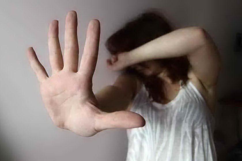 Minaccia e umilia la fidanzata: 34enne allontanato a Quartu