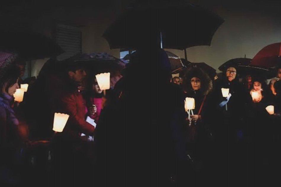 Capoterra, drappi rossi per le vittime di femminicidio