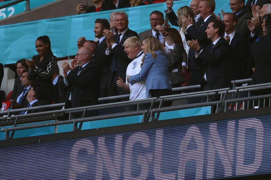 Il premier Boris Johnson sugli spalti (foto Ansa)