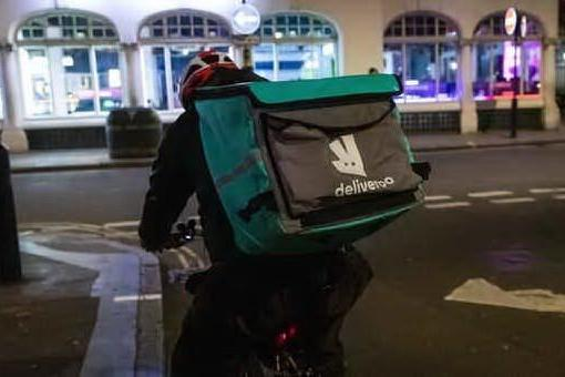 Cade in bici mentre sta facendo una consegna, rider in coma