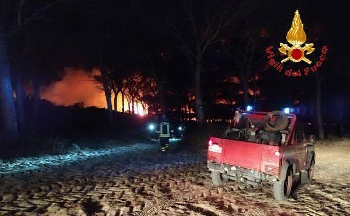 Notte di fuoco nell'Oristanese (foto Vvf)
