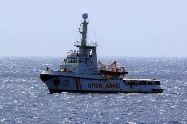 """Open Arms bloccata a Lampedusa: """"Migranti minacciano suicidio"""""""