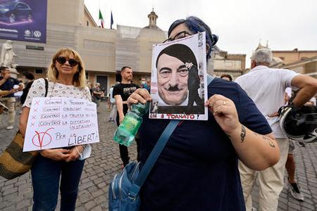 Due dimostranti alla manifestazione contro il Green Pass a Roma (Ansa)