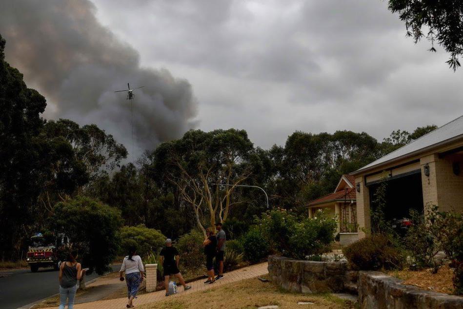 Incendi in Australia, i piloti in volo nel cielo infuocato