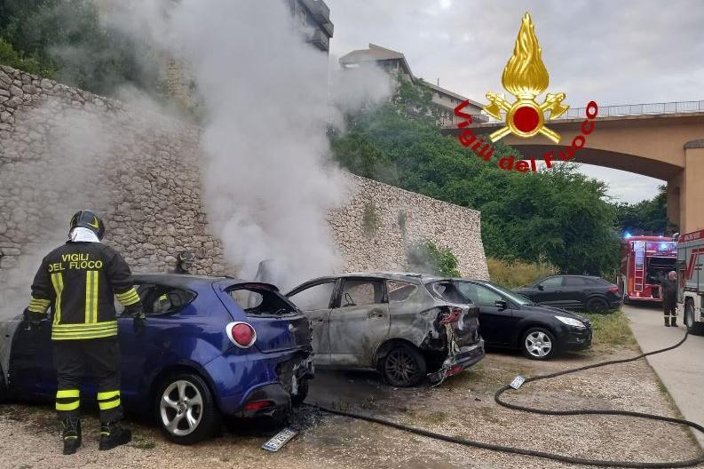Incendio nella notte a Sassari: a fuoco due auto