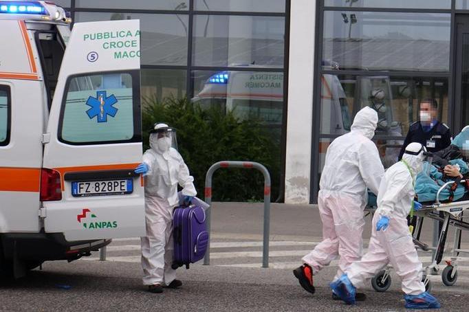 Il ricovero di un paziente trasportato al San Francesco di Nuoro con l'Ambulanza (Archivio L'Unione Sarda)