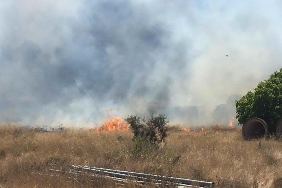 Vasto incendio a ridosso della 130