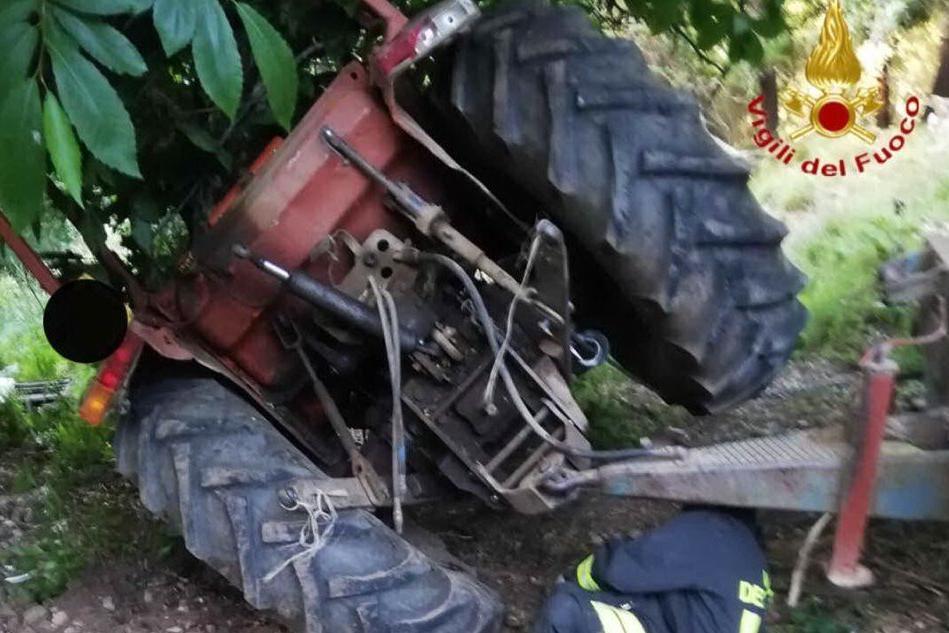 Belvì, il trattore si ribalta: agricoltore bloccato sotto il mezzo