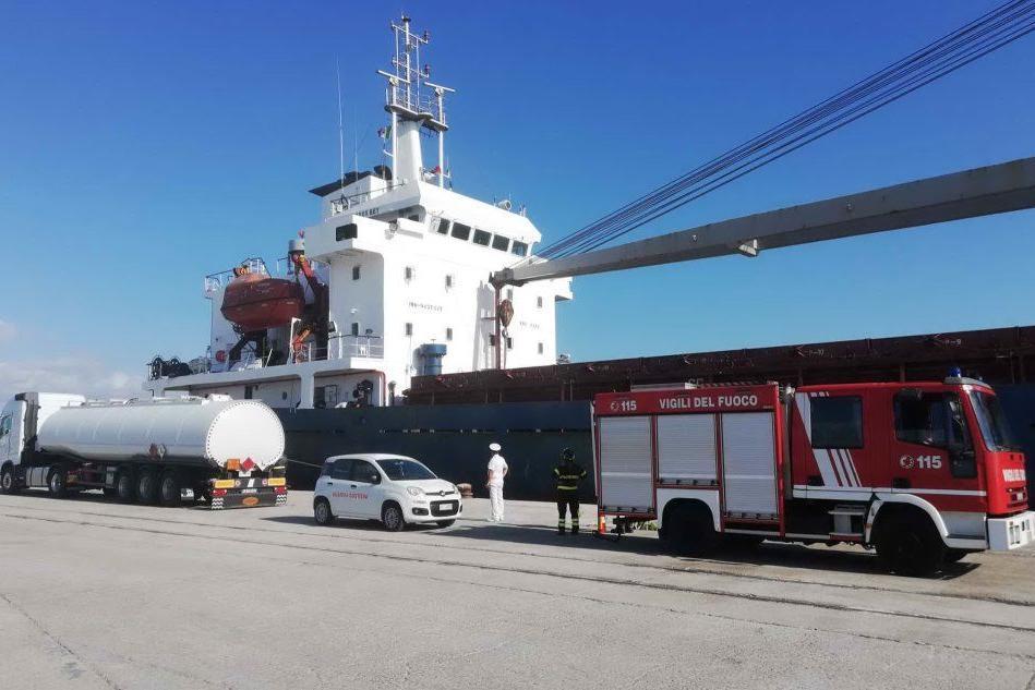 Navi bloccate a Oristano, arriva il gasolio per permettere ai marinai di mangiare e di lavarsi
