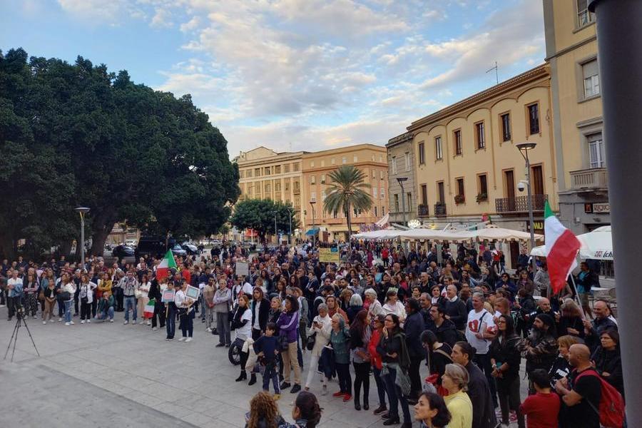 Cagliari,no green pass in piazza Garibaldi: ingente il dispiegamento di forze dell'ordine