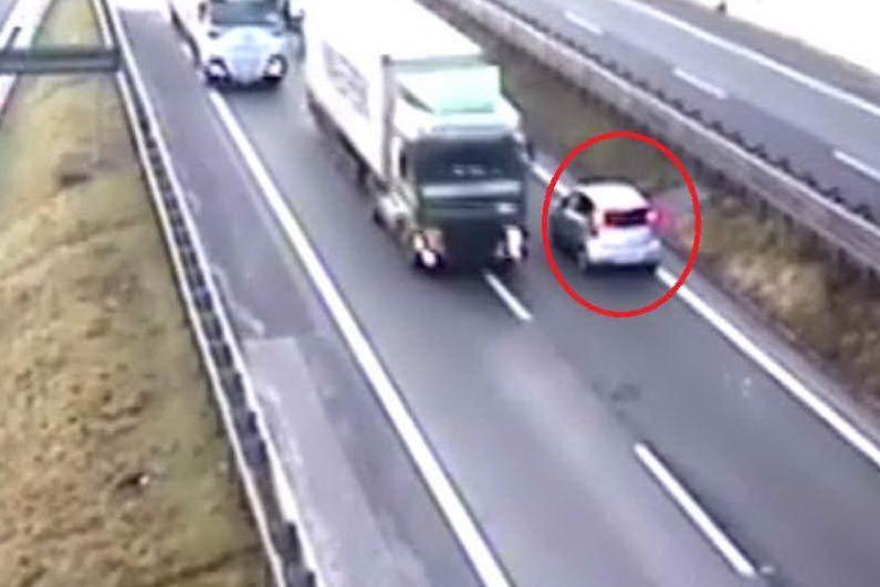 Per andare dal medico imbocca l'autostrada al contrario: Polstrada in azione per fermare un 90enne