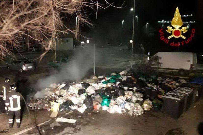 Sant'Elia, incendio di rifiuti in via Schiavazzi