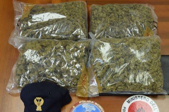 Intervengono per una lite in famiglia a Sassari, ma in casa i poliziotti trovano due chili di droga