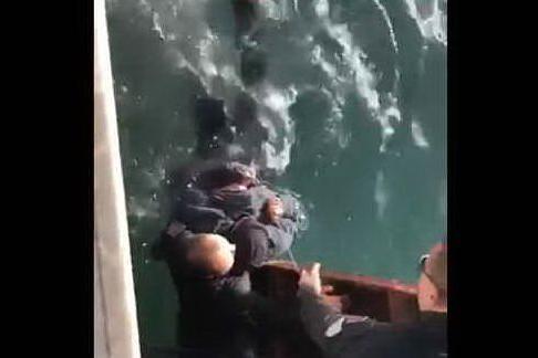 Cade in acqua ad Alghero, il momento del salvataggio