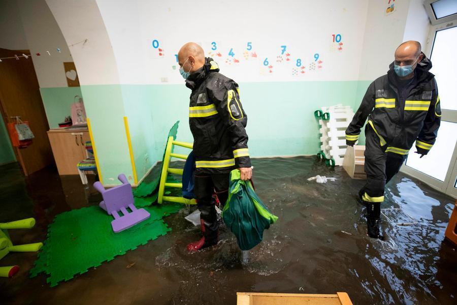 L'asilo si allaga durante il nubifragio, 40 bambini bloccati
