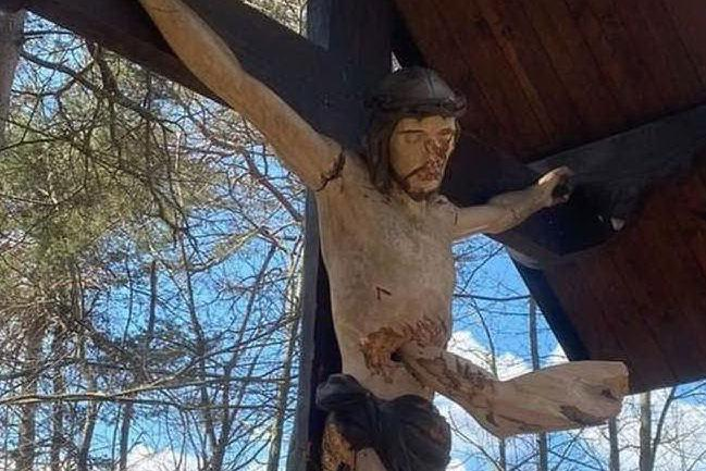 """Vandalizzato un Cristo ligneo a Cosseria. Il sindaco: """"Gesto inquietante"""""""