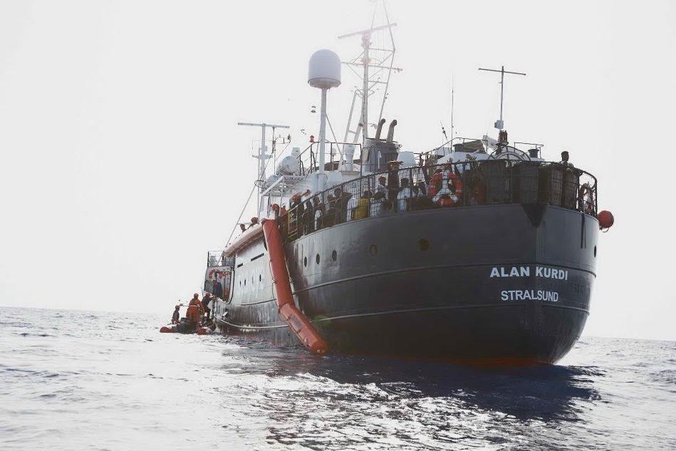 A Malta lo sbarco dei migranti sulla Alan Kurdi VIDEO