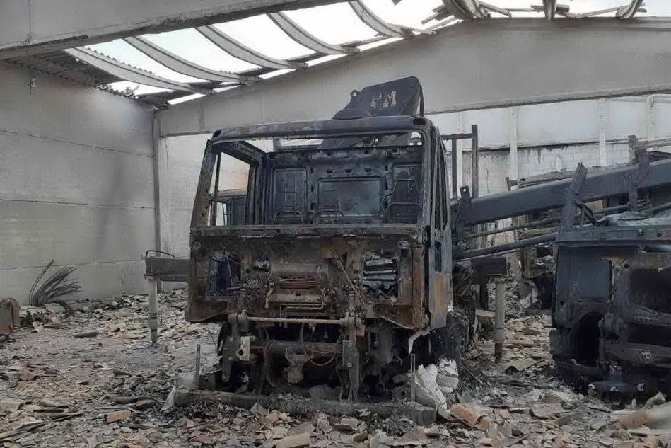Uno dei camion della Solesi distrutti nell'incendio di stanotte a Posada (foto Ungredda)