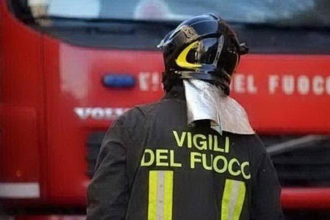 Tenta il suicidio lanciandosi dal quinto piano e finisce su un pompiere: gravi entrambi