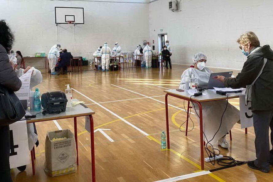 La palestra comunale allestita per lo screening (foto Lecca)