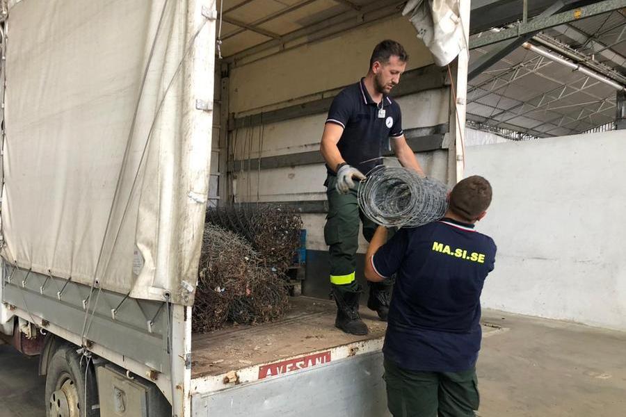 Da Burcei un camion di rete metallica per le recinzioni del bestiame allo sbando dopo l'incendio