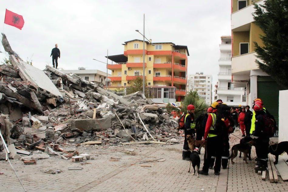 Sale ancora il bilancio delle vittime del sisma in Albania