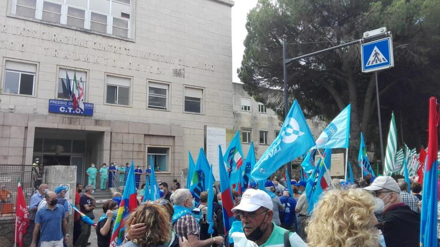 I manifestanti sotto il C.T.O. (foto Simbula)